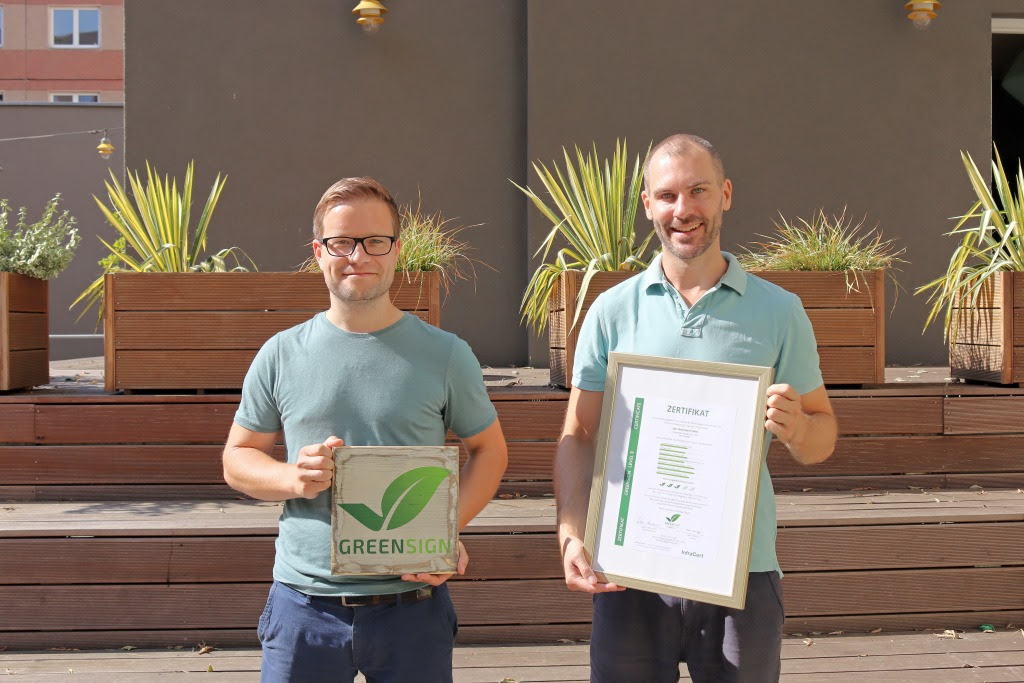 "a&o hostels El equipo con el sello de sostenibilidad ""GreenSign"" a&o: CMO Phillip Winter (izquierda) y Matthias Ernst, director de marketing"